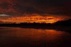 Colorfullzonsondergang bij Noosaville-strand, Zonneschijnkust, Australi? stock foto