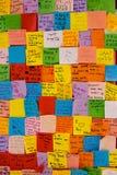 Colorfur-Post-Itanmerkungen mit Wünschen für Elternteiltag Lizenzfreies Stockfoto