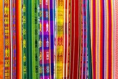 Colori dei tessuti delle Ande, Otavalo, Ecuador fotografie stock libere da diritti
