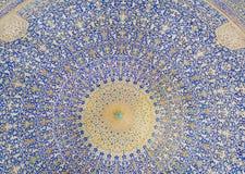 Colori della cupola modellata dentro la moschea persiana antica nell'Iran Immagini Stock