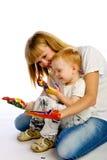 Colori della pittura del figlio e della mamma Immagini Stock