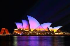 Colori di alba su Sydney Opera House, 2016 vivo Immagine Stock