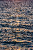 Colori di alba sulle onde del mare Fotografia Stock
