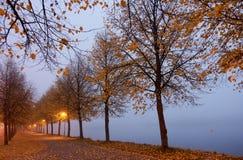 Colori di autunno e lago nebbioso in Hameenlinna, Finlandia immagini stock libere da diritti