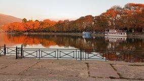Colori di autunno nel lago Pamvotis Grecia ioannina immagine stock