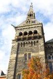 Colori di caduta dell'albero di acero e della torre di monumento storico al georgetown university immagine stock