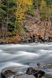 Colori di caduta sulle rapide del fiume di York fotografie stock
