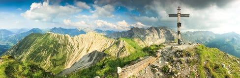 Colori di legno dell'incrocio e di estate della sommità in montagne Vista panoramica Fotografia Stock
