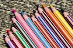 Colori differenti delle matite su un vecchio fondo di legno fotografia stock libera da diritti
