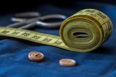 Colori gialli e blu di cucito di concetto di hobby, Fotografia Stock Libera da Diritti