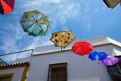 Colori gli ombrelli sulla via di vecchia Cordova, Spagna Immagine Stock