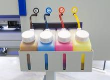 Colori il carro armato dell'inchiostro o la grande macchina della stampante in fabbrica per l'affare di stampa fotografie stock