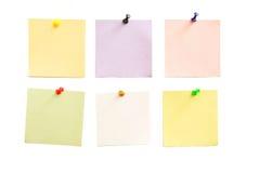Colori il documento per le note su una priorità bassa bianca Fotografia Stock Libera da Diritti
