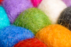 Colori il fondo della lana - palle del filato della lana artificiale Immagini Stock