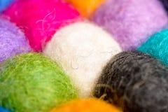Colori il fondo della lana - palle del filato della lana artificiale Fotografia Stock