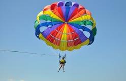 Colori il parasail alto su nel cielo blu Immagini Stock Libere da Diritti