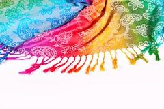 Colori indiani dell'arcobaleno della sciarpa con le spazzole su un fondo bianco Fotografie Stock