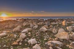 Colori intensi del tramonto sopra una spiaggia portoghese selvaggia immagine stock