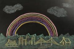 Colori l'arcobaleno del disegno sopra la città sui precedenti neri immagini stock libere da diritti
