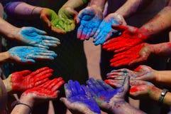Colori la polvere sulle mani durante il festival di holi vicino a Pune Fotografia Stock