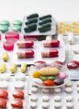 Colori le compresse, le capsule e le vitamine in bolle sui precedenti bianchi Fotografie Stock Libere da Diritti