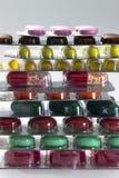 Colori le compresse, le capsule e le vitamine in bolle sui precedenti bianchi Fotografie Stock