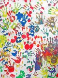 Colori le mani sulla parete, diversità del mucchio del handprint, Fotografie Stock