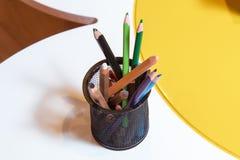 Colori le matite isolate su fondo bianco, fuoco selettivo Fotografie Stock