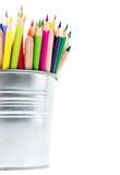 Colori le matite nei supporti di alluminio della matita isolati sulla parte posteriore di bianco Immagine Stock Libera da Diritti