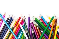 Colori le matite a soqquadro su bianco Fotografie Stock
