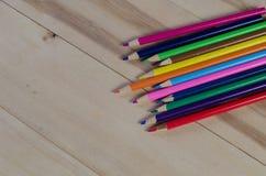 Colori le matite su Libro Bianco sulla tavola Vista da sopra Immagine Stock