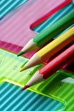 Colori le matite su una priorità bassa dei righelli Fotografia Stock