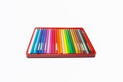 Colori le matite in una scatola isolata su fondo Fotografia Stock