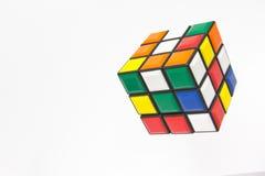 Colori luminosi del cubo di Rubik. Fotografia Stock
