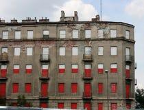 Colori nazionali polacchi sulla vecchia casa in affitto Fotografia Stock Libera da Diritti