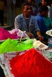 Colori per il festival di Holi sulla vendita ad un mercato jaipur Il Ragiastan L'India fotografia stock libera da diritti