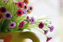 Coloridas son las flores en un florero. Imagen de archivo libre de regalías