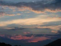 Colorido Atardecer De Verano Con Nubes fotos de archivo libres de regalías