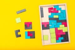 Colorido brilhante do jogo do Tangram no fundo amarelo Configuração lisa imagens de stock