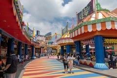 Colorido brillante de los edificios de la diversión de Hong Kong del parque del océano del día coloruful de la diversión junto Fotografía de archivo libre de regalías