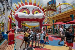 Colorido brillante del día de la diversión de la familia de la diversión de Hong Kong del parque del océano junto Imagenes de archivo