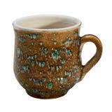 Colorido cubierto con la taza hecha a mano de cerámica del esmalte Aislado en a imagenes de archivo