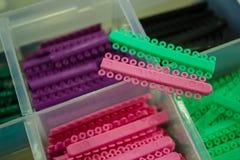 Colorido da borracha, cintas ortodônticas nos dentes Fotografia de Stock Royalty Free