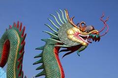 Colorido da estátua do dragão com céu azul Fotos de Stock