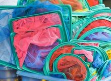 Colorido de la cucharada de los pescados vendió en mercado del animal doméstico fotos de archivo libres de regalías