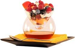 ~ colorido de la ensalada de fruta y de Amaretto aislado en el ~ blanco Clippin Imagen de archivo libre de regalías