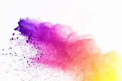 Colorido de la explosión del polvo en el fondo blanco El polvo verde y amarillo estalla en fondo del aislante Pinte Holi Nube col foto de archivo libre de regalías