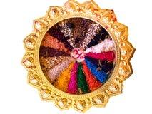 colorido de la semilla en la bandeja de oro de lujo o la adoración g hindú de la bandeja Fotografía de archivo