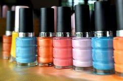 Colorido de las botellas del esmalte de uñas Imágenes de archivo libres de regalías
