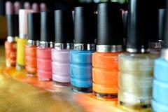 Colorido de las botellas del esmalte de uñas Fotos de archivo libres de regalías